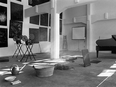 die-vielteilige-rauminstallation-von-josef-beuys-archivbild-aus-dem-jahr-1985